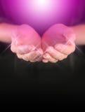 Guérisseur avec de l'énergie curative magenta de globe Image libre de droits