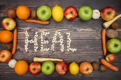 Guérissez des haricots et des fruits et légumes autour photos stock