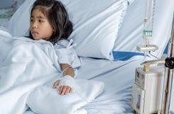 Guérissez la grippe un virus ou un enfant asiatique de la grippe H1N1 sur le lit d'hôpital image stock