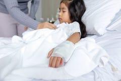 Guérissez la grippe un virus ou un enfant asiatique de la grippe H1N1 sur le lit d'hôpital photographie stock libre de droits