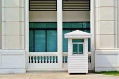 Guérite et bâtiment blancs photographie stock libre de droits