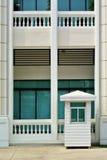 Guérite et bâtiment blancs photos stock