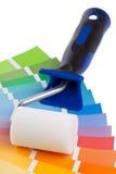 Guía de la carta de color con el rodillo de pintura Fotografía de archivo