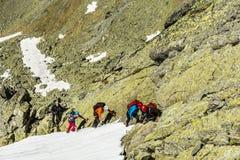Guía de la montaña con un grupo de clientes en las montañas de Tatra Foto de archivo libre de regalías