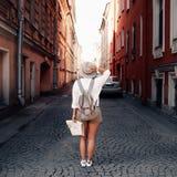 Guía del viaje Viajero femenino joven con la mochila y con el mapa en la calle concepto del recorrido Imagen de archivo libre de regalías