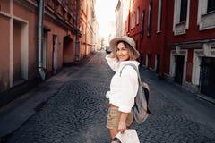 Guía del viaje Viajero femenino joven con la mochila y con el mapa en la calle concepto del recorrido Imágenes de archivo libres de regalías