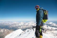 Guía profesional - escalador en la cumbre nevada del volcán el dormir de Elbrus fotos de archivo