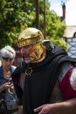 Guía turístico como Roman Soldier en Chester la ciudad del condado de Cheshire en Inglaterra imagenes de archivo