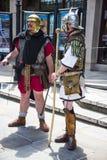 Guía turístico como Roman Soldier en Chester la ciudad del condado de Cheshire en Inglaterra foto de archivo