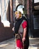 Guía turístico como Roman Soldier en Chester la ciudad del condado de Cheshire en Inglaterra imagen de archivo libre de regalías