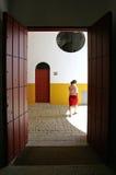 Guía turístico español femenino joven en plaza de toros en Sevilla España imagen de archivo libre de regalías
