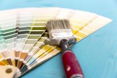 Guía y brocha de la paleta de colores foto de archivo