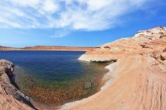 A água azul na rocha do deserto Imagens de Stock Royalty Free