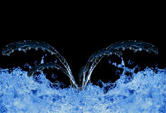 Água azul que espirra no preto Imagens de Stock Royalty Free