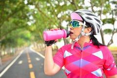 Água bebendo do Sportswoman Foto de Stock