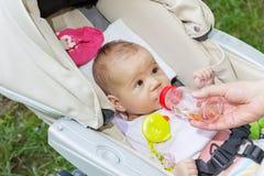 Água da bebida do bebê Foto de Stock