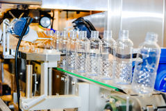 Água de engarrafamento na planta Fotografia de Stock Royalty Free
