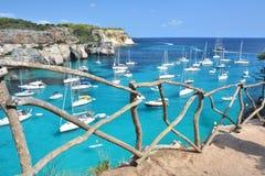 ?gua de turquesa na ba?a Cala Macarella em Menorca fotografia de stock royalty free
