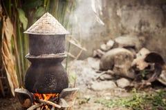 Água a ferver do potenciômetro para cozinhar o arroz pegajoso Fotografia de Stock Royalty Free