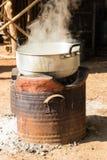 Água a ferver no potenciômetro tradicional no fogão do carvão vegetal Fotografia de Stock