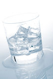 Água mineral com cubos de gelo Foto de Stock Royalty Free