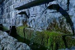 Água mineral fria no dia de inverno vídeos de arquivo
