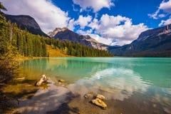 A água nas montanhas arborizadas Fotografia de Stock