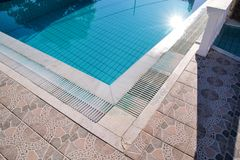 ?gua rasgada azul na piscina no recurso tropical com borda do pavimento Parte do fundo inferior da piscina fotos de stock royalty free