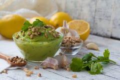 Guacamole από το αβοκάντο με το σκόρδο, καρύδια λεμονιών και κέδρων στοκ εικόνα με δικαίωμα ελεύθερης χρήσης