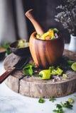 Guacamole με το αβοκάντο, Nachos, την ντομάτα και το κρεμμύδι στοκ εικόνες