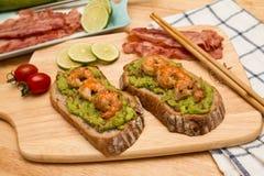 Guacamole με το ψωμί στοκ φωτογραφία