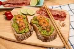 Guacamole με το ψωμί στοκ εικόνες με δικαίωμα ελεύθερης χρήσης