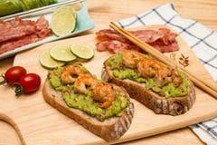 Guacamole με το ψωμί στοκ εικόνα με δικαίωμα ελεύθερης χρήσης