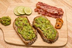 Guacamole με το ψωμί στοκ φωτογραφία με δικαίωμα ελεύθερης χρήσης