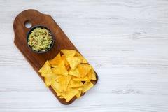 Guacamole με tortilla τα τσιπ σε έναν ξύλινο πίνακα Τοπ όψη από στοκ φωτογραφία με δικαίωμα ελεύθερης χρήσης