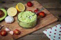 Guacamole auf Holztisch Stockfoto