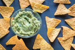 Guacamole avec des puces de tortilla Image libre de droits
