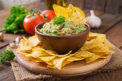 Guacamole avocado, lime, tomato, onion and cilantro, served with nachos Royalty Free Stock Photos