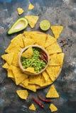 Guacamole caseiro com nachos em um fundo rústico, vista superior Alimento mexicano fotos de stock