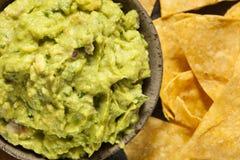 Guacamole caseiro verde com microplaquetas de tortilha Fotos de Stock