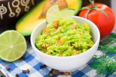 Guacamole con l'avocado, calce, pomodoro immagine stock libera da diritti