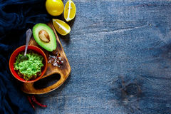 Guacamole de sauce dans la cuvette Image stock