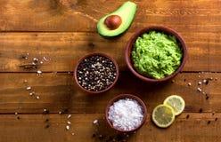 Guacamole de Sause e ingredientes - abacate, sal, pimenta e limão Foto de Stock