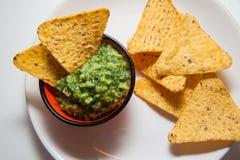 Guacamole et nachos photographie stock libre de droits