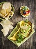 Guacamole fresco com as microplaquetas de tortilha do milho fotos de stock