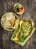 Guacamole fresco com as microplaquetas de tortilha do milho imagens de stock