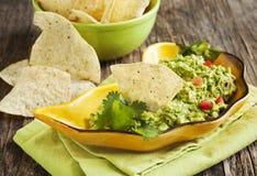 Guacamole fresco com as microplaquetas de tortilha do milho fotografia de stock royalty free