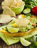 Guacamole fresco com as microplaquetas de tortilha do milho foto de stock royalty free