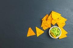 Guacamole i nachos z składnikami na tle czarny kamień wsiadamy zdjęcie royalty free