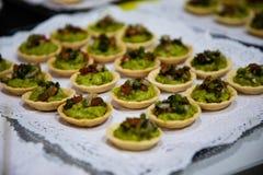 Guacamole kąski na filiżankach słuzyć od cateringu obraz stock